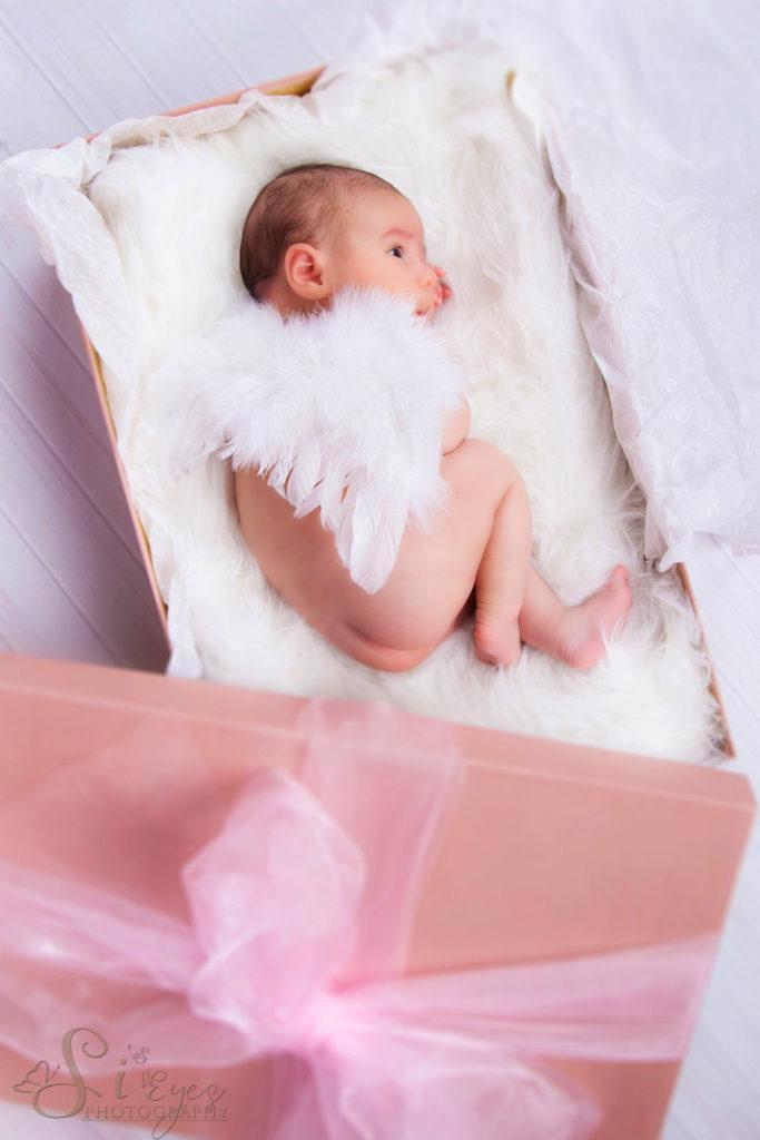 Baby als Geschenk verpakt