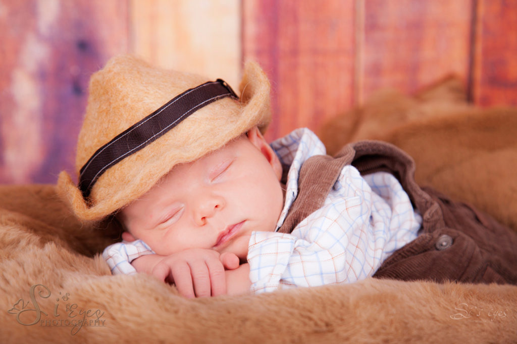 Baby Cowboy im Fotostudio