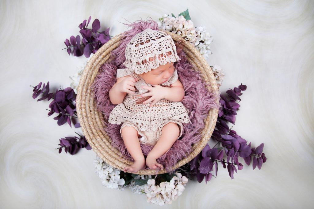 neugeborenes im korb