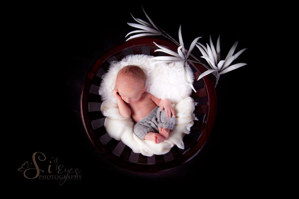 kleine Baby in Korb