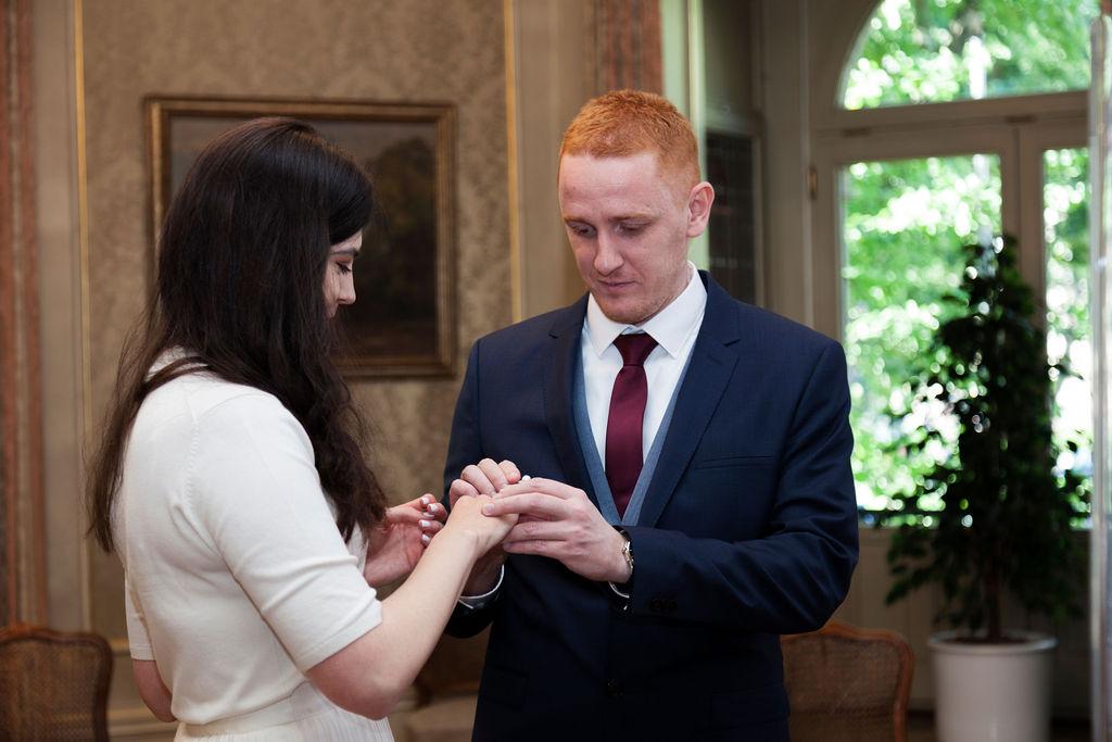 Braut und Bräutigam, die Eheringe austauschen.