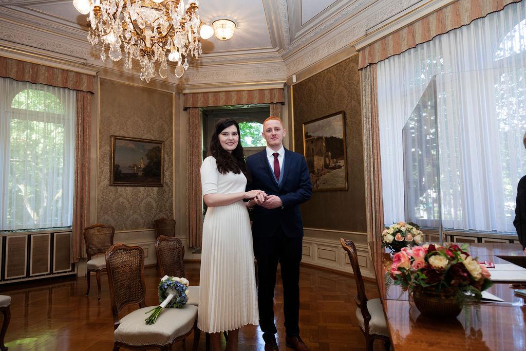 Hochzeit Paar Hand in Hand. Braut und Bräutigam