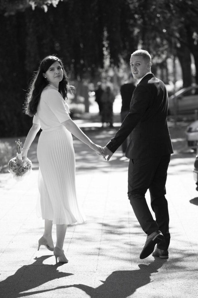 Braut und Bräutigam zu Fuß entfernt im Freien