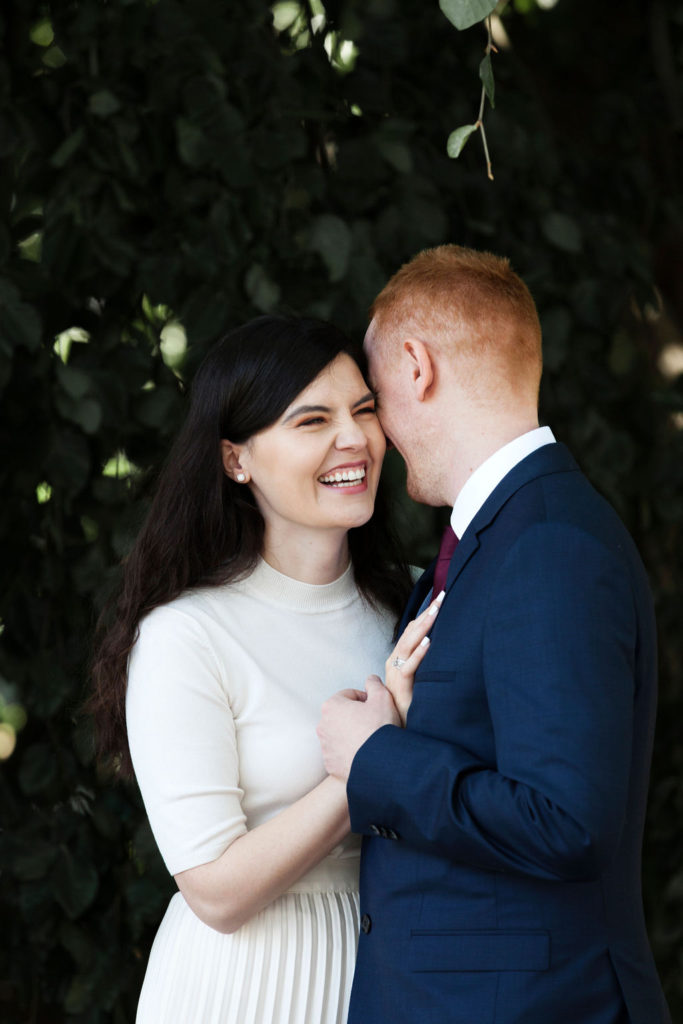 Liebende Hochzeit Paar im Freien