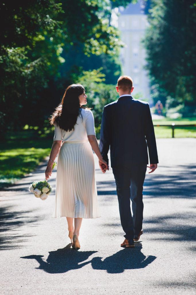 Das Brautpaar auf dem Weg in eine gemeinsame Zukunft.