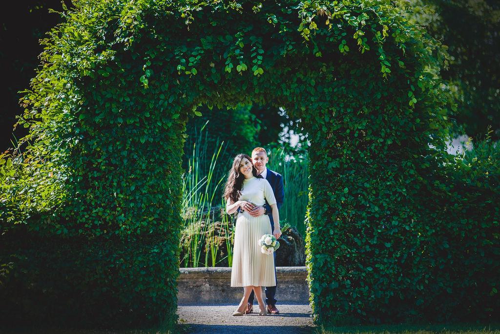 Die Braut und Bräutigam in einem schönen Sommerpark