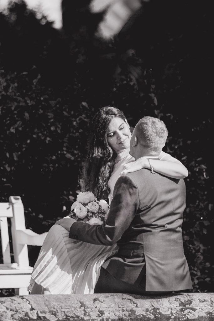 Liebende Hochzeit Paar im Freien.
