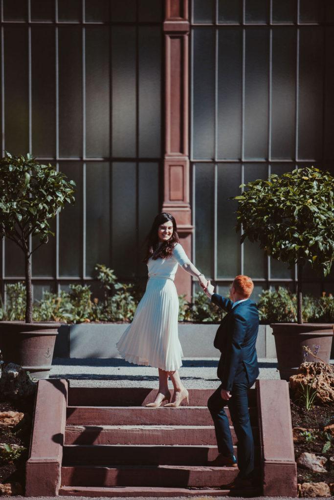 Das Brautpaar posiert auf der Treppe