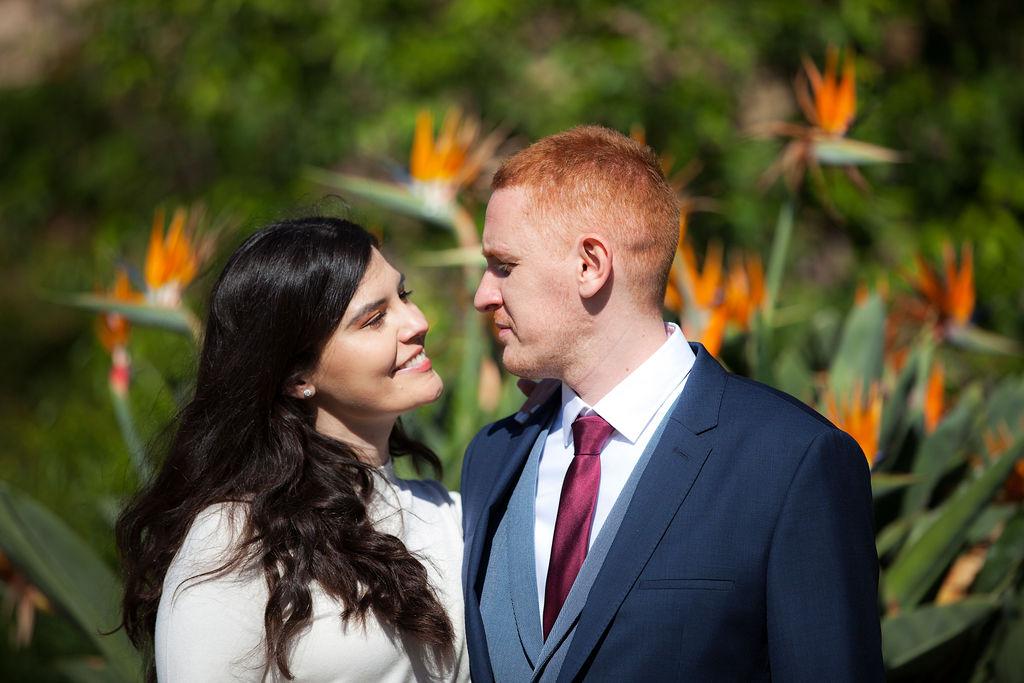 Hochzeitsfoto Brautpaar im Blumengarten