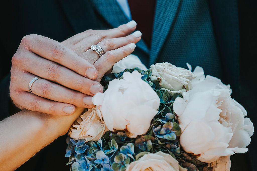 Hand der Bräutigam und die Braut mit der Hochzeit Ringe