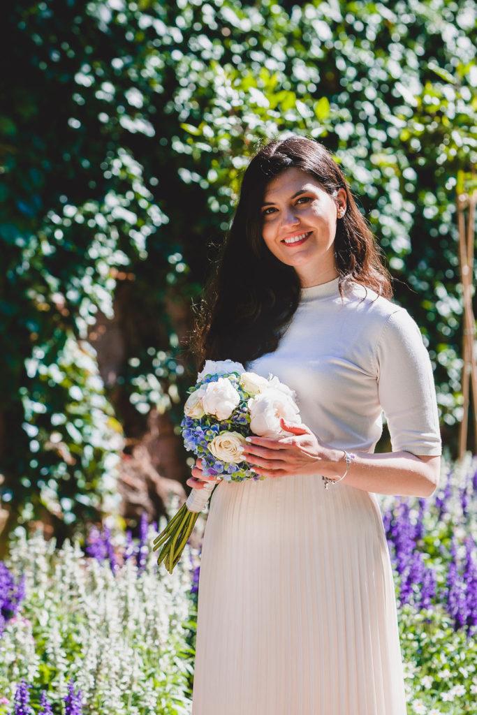 Schöne Braut im Freien