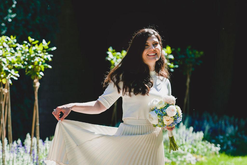 Junge schöne Braut spielt eine Brautkleid.