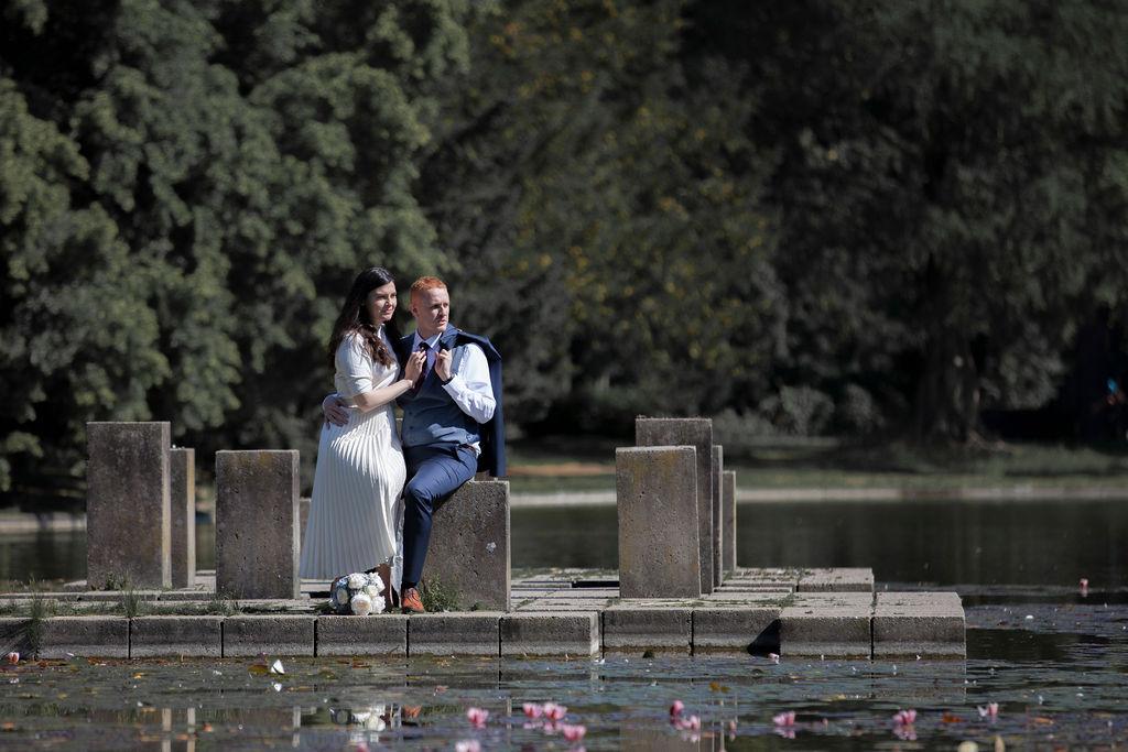 Junge Hochzeitspaare genießen Sie romantische Momente