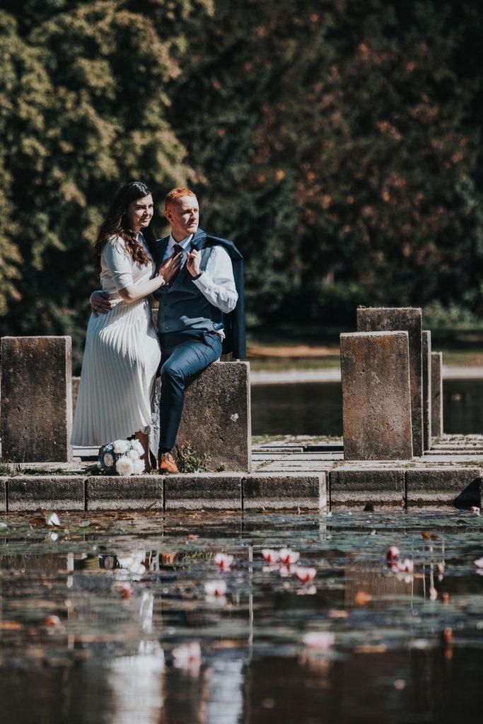Gerade verheiratetes Paar umarmt nach der Trauung